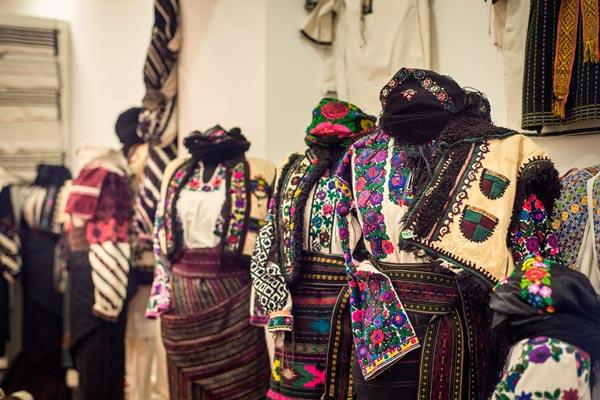 Постоянно действующая экспозиция аутентичного украинского одежды практически со всех уголков Украины.